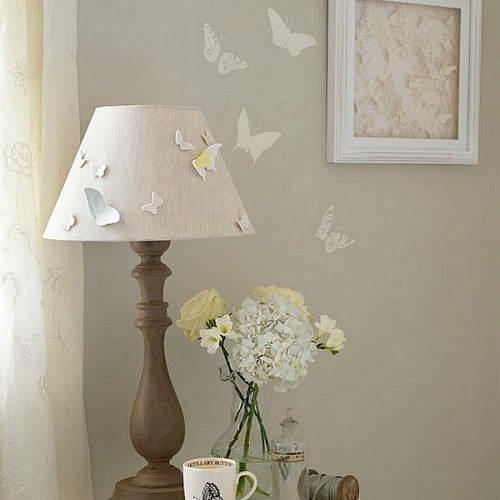 Оформление бумажными бабочками других элементов интерьера (светильника)