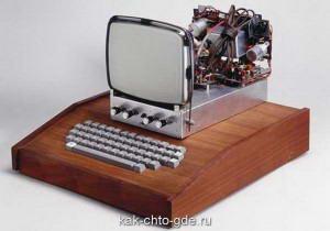 plata Apple v korpuse i s klaviaturoi