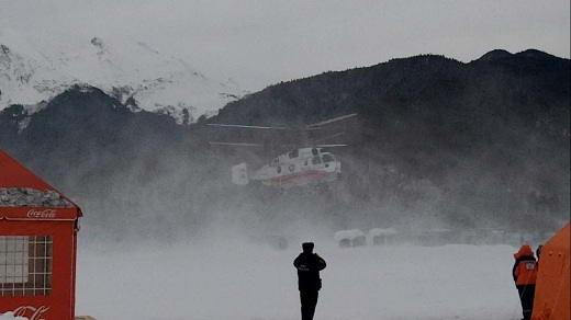 Вертолет забирает 2 пострадавших спортсменов.