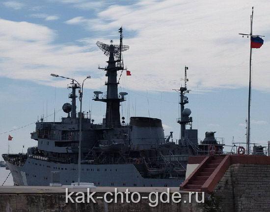 От канала тянется пирс, где пришвартованы военные корабли, становится понятно что военного флота у нас нет, на балтике так уж точно.