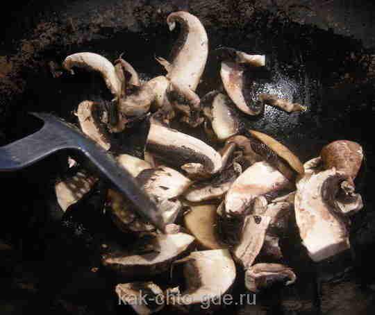 грибы, если нет свежих, подойдут шампиньоны, обжариваем на сковороде