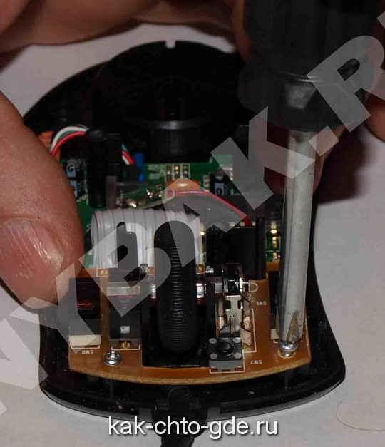 ремонт компьютерной мыши, откручиваем площадку