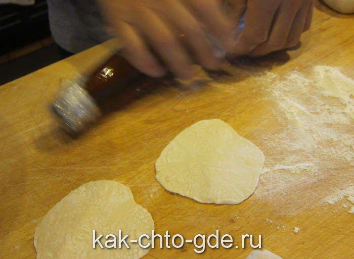 домашние пельмени катаем тесто