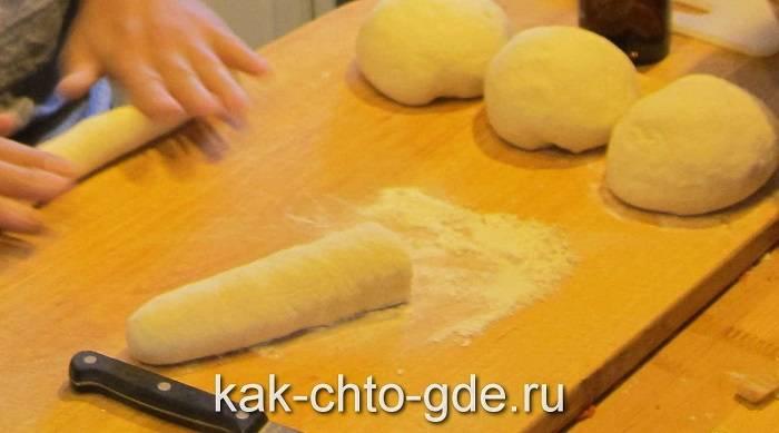 готовим пельмени скатываем тесто