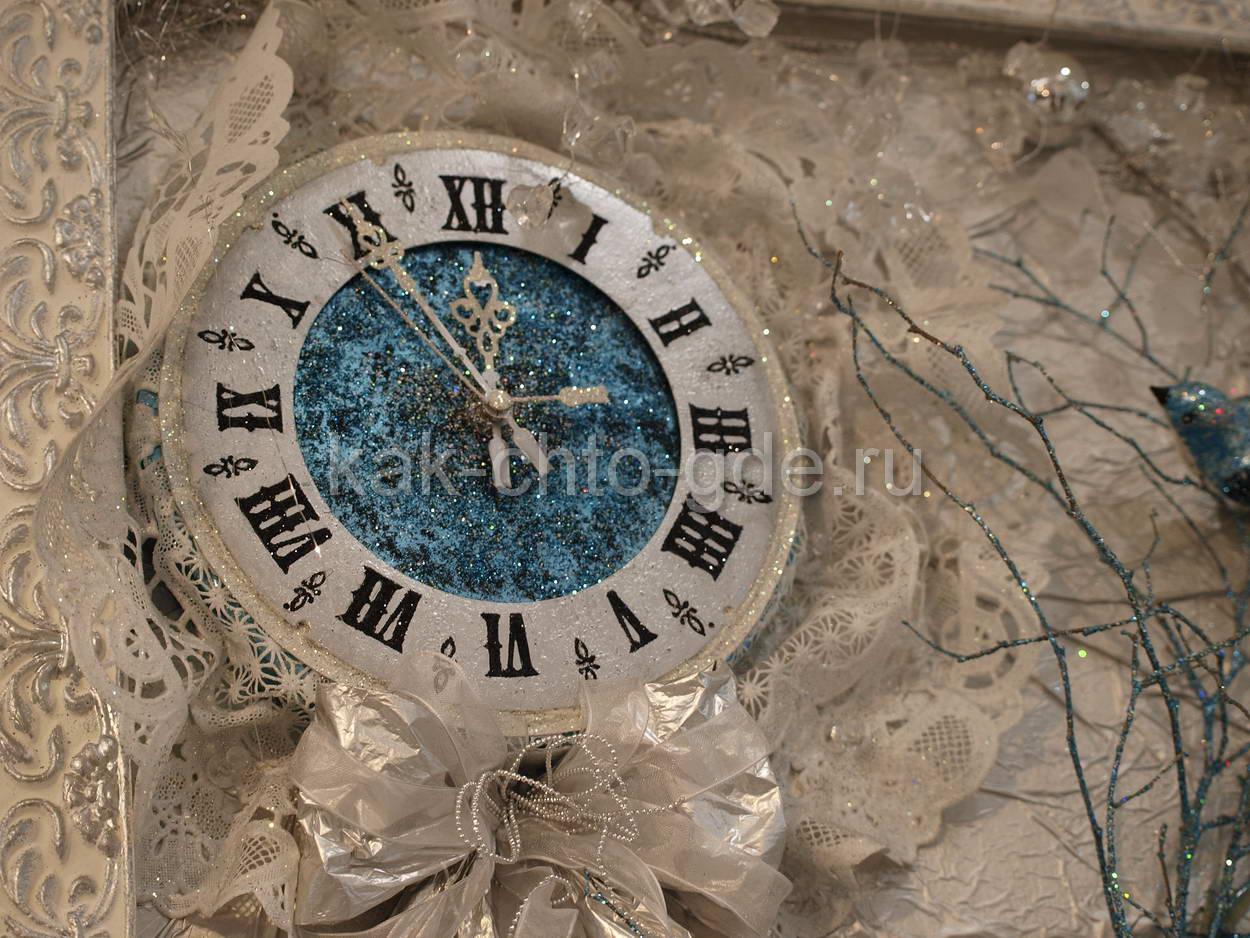 новогоднее панно украшенное часами
